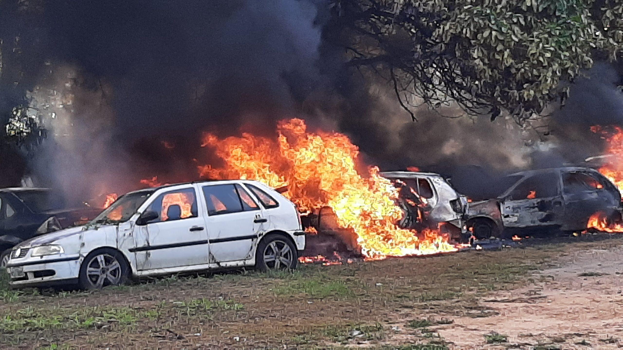 Fogo de origem desconhecida destrói veículos apreendidos na Delegacia de Policia de Presidente Médici